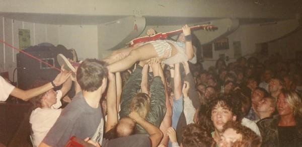 90-09-14 Spermbirds guitar crowdsurfing (Roxy) by Kockie